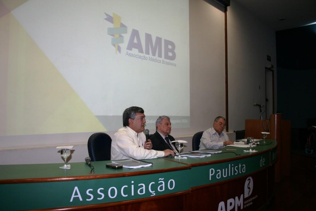 Florentino Cardoso, presidente da AMB, abrindo a Assembleia Ordinária de Delegados, que assim como a Assembleia Geral foi realizada no auditório da APM (Associação Paulista de Medicina)