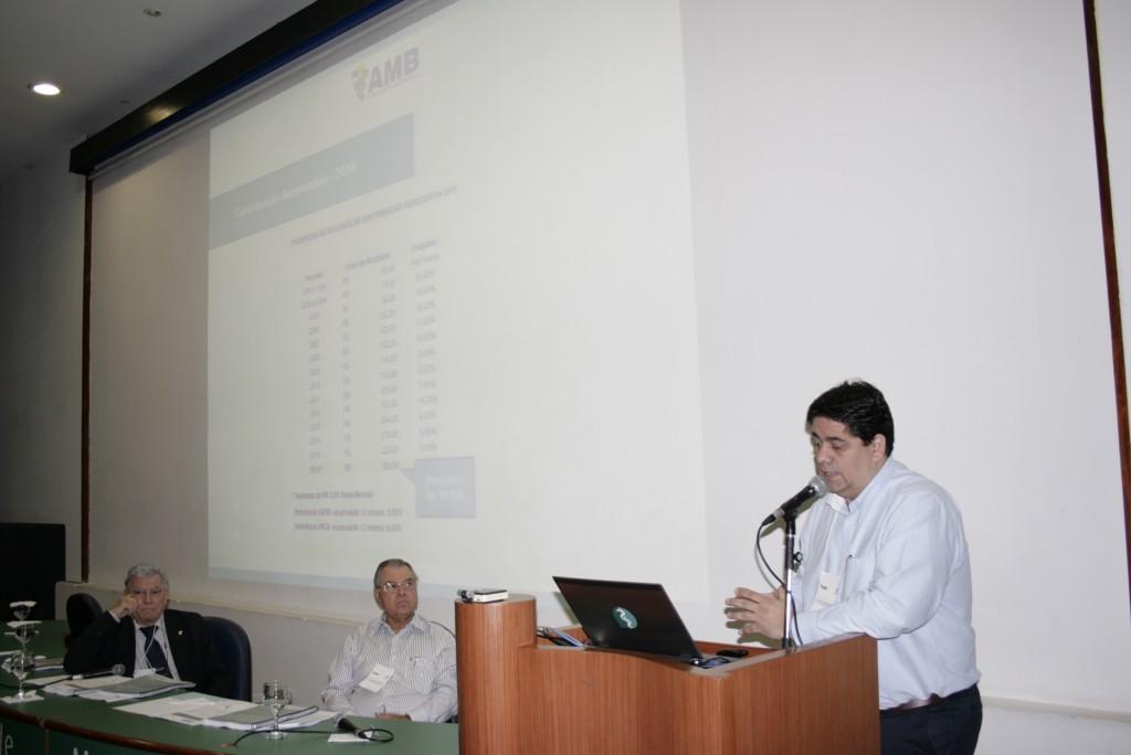 José Bonamigo, 1º Tesoureiro da AMB, apresentando as contas do ano que passou e a proposta orçamentária para 2016
